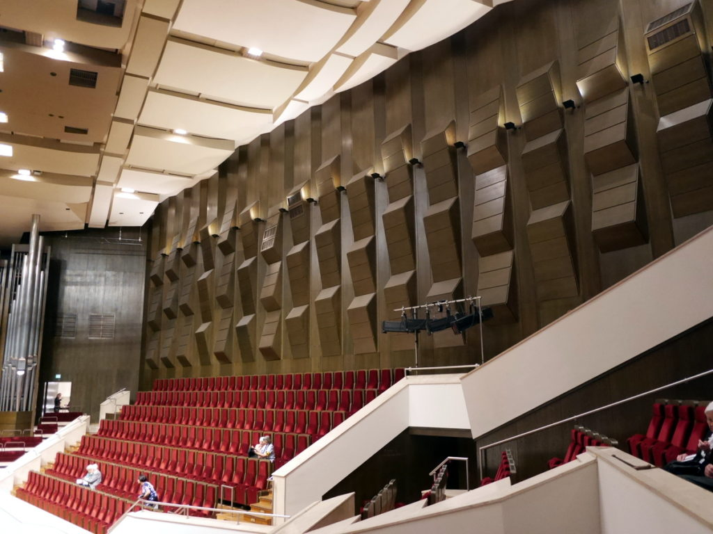 ヴィンヤード型コンサートホール ライプツィヒ・ゲヴァントハウス 音響拡散モジュールと白いバルコニー席前面壁 @Gewandhaus zu Leipzig
