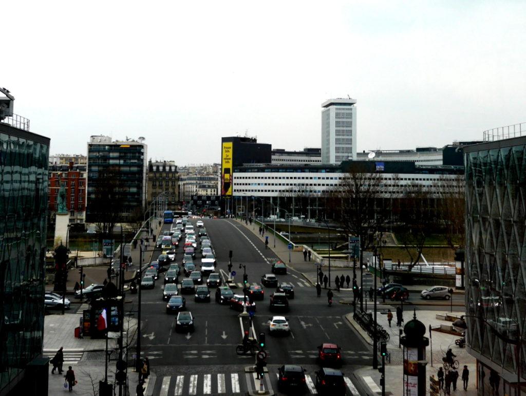 ラジオ・フランスのパリ オーディトリアムにカステル・ベランジェ ラジオ・フランスの建物(正面白い建物)をショッピングモールから@Beaugrenelle