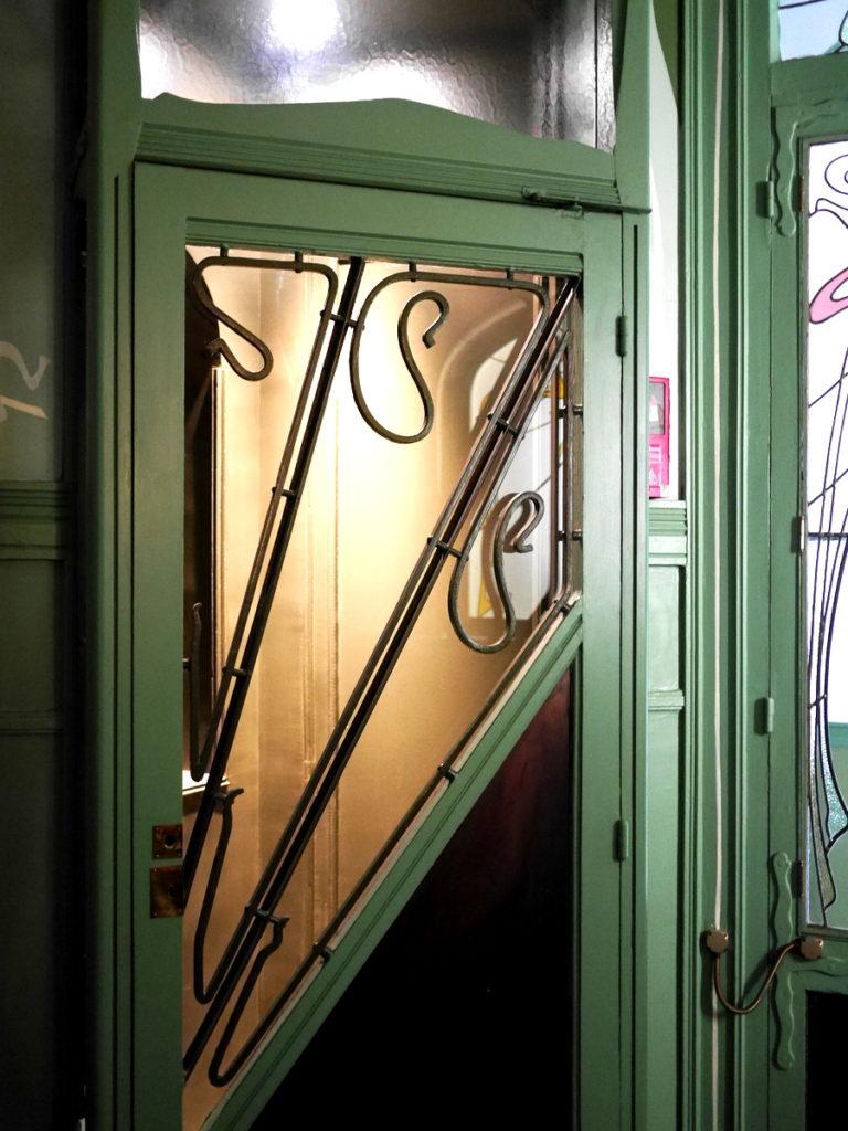 ラジオ・フランスのパリ オーディトリアムにカステル・ベランジェ  屋内の装飾1-扉の美しい金属細工@Castel Béranger