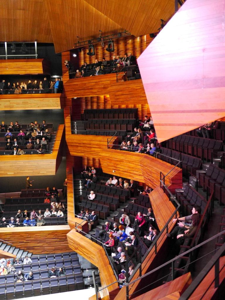 ラジオ・フランスのパリ オーディトリアムにカステル・ベランジェ 切り立つと言ってもよい垂直な座席@Auditorium de Radio France