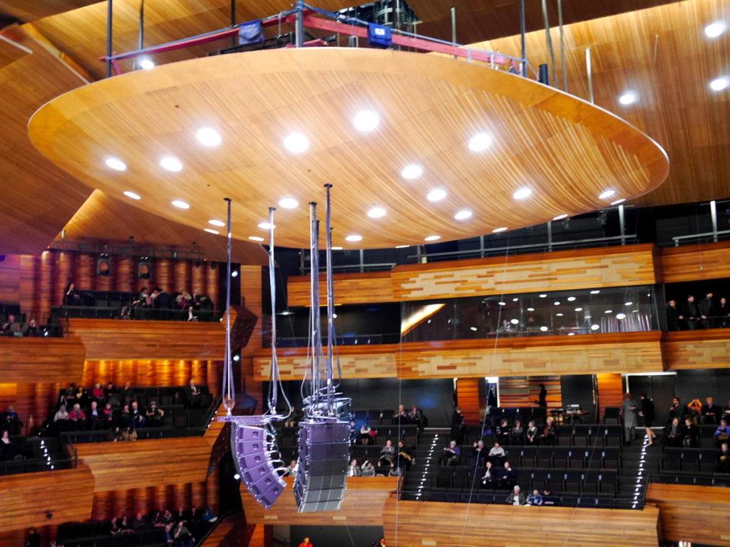 ラジオ・フランスのパリ オーディトリアムにカステル・ベランジェ 反射板の高さ付近まで座席がある@Auditorium de Radio France