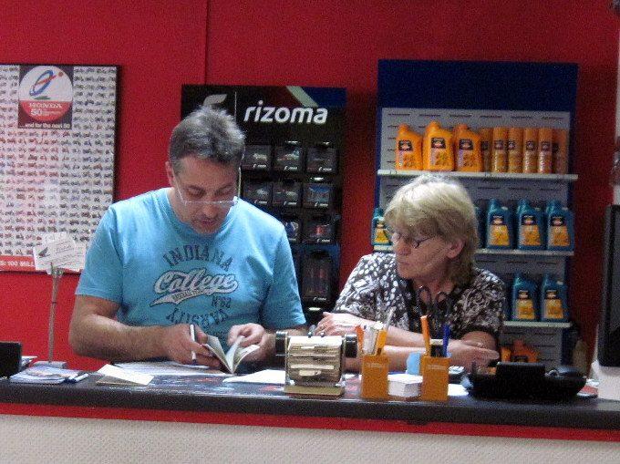 海外ツーリング ドイツ ベルリン オートバイレンタル  お店のフロント@Zweirad-Shop Cintula