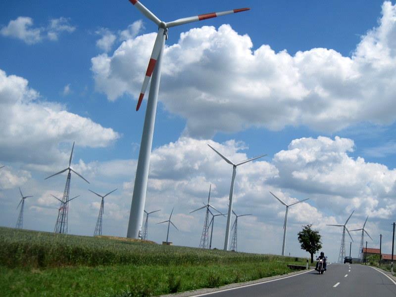 海外ツーリング ドイツ 旧東ドイツ ザーレ ウンシュトルート ワイン街道 ワイナリー 法律 ベーゼン  風力発電の下で対向車@Wetzdorf