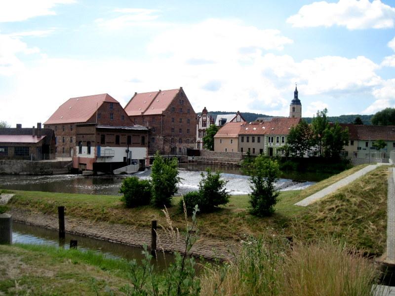 海外ツーリング ドイツ 旧東ドイツ ザーレ ウンシュトルート ワイン街道 ワイナリー 法律 ベーゼン  川向こうからの町の遠景@Laucha an der Unstrut
