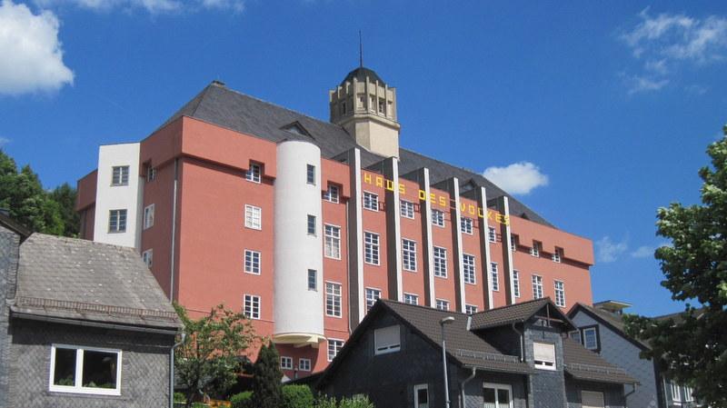 海外ツーリング-ドイツ編 3 / バウハウス・デザインのホテル、ハウス・デス・フォルケス(Haus des Volkes)に泊まり、ホテルの生い立ちを知る青年と語らう