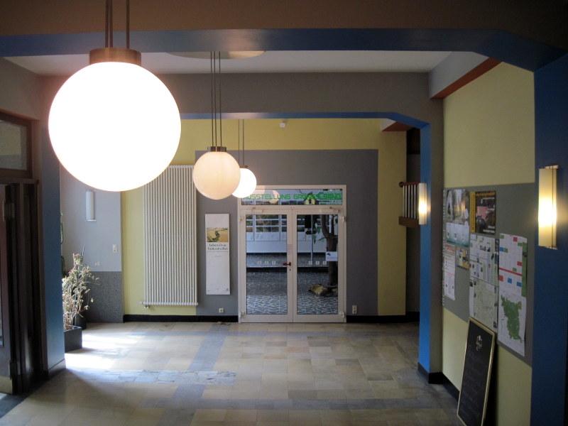 海外ツーリング ドイツ 旧東ドイツ バウハウス デザイン ホテル ハウス デス フォルケス グロピウスプロプストツェラ  ハウス・デス・フォルケス 玄関ホール@Haus des Volkes