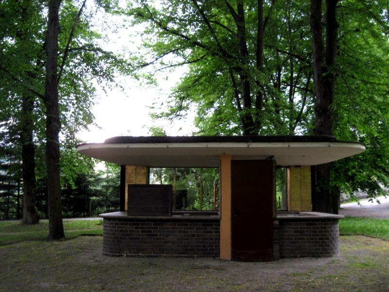 海外ツーリング ドイツ 旧東ドイツ バウハウス デザイン ホテル ハウス デス フォルケス グロピウスプロプストツェラ  ハウス・デス・フォルケス裏手屋外キッチン@Probstzella