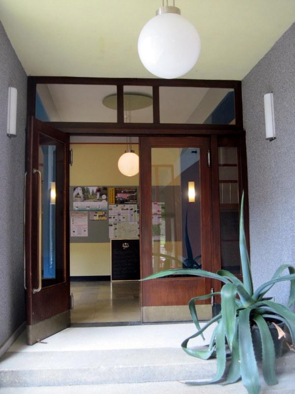 海外ツーリング ドイツ 旧東ドイツ バウハウス デザイン ホテル ハウス デス フォルケス グロピウスプロプストツェラ ハウス・デス・フォルケスの玄関@Haus des Volkes