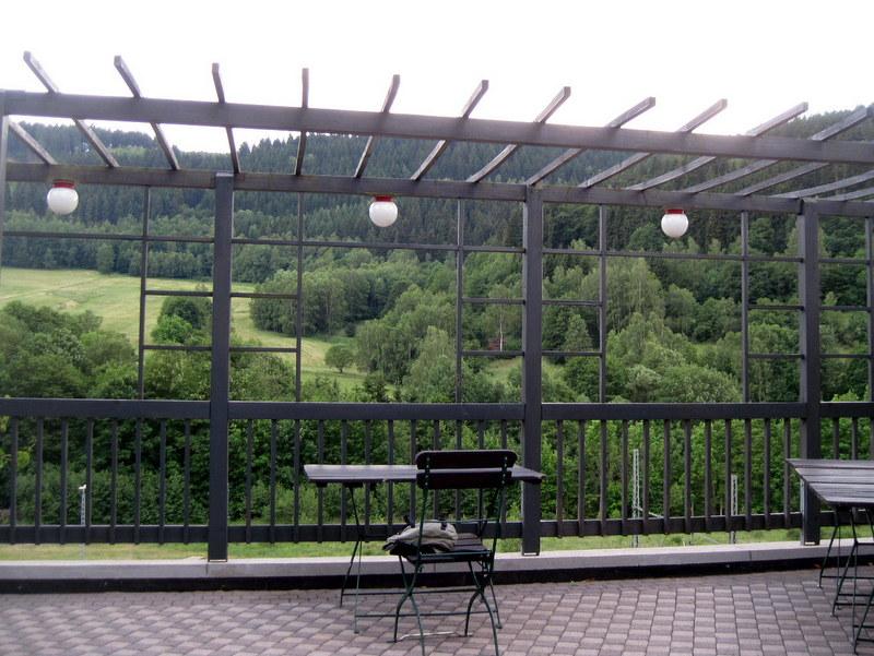 海外ツーリング ドイツ 旧東ドイツ バウハウス デザイン ホテル ハウス デス フォルケス グロピウスプロプストツェラ  急ごしらえながら素敵なテラス席を独占@Haus des Volkes