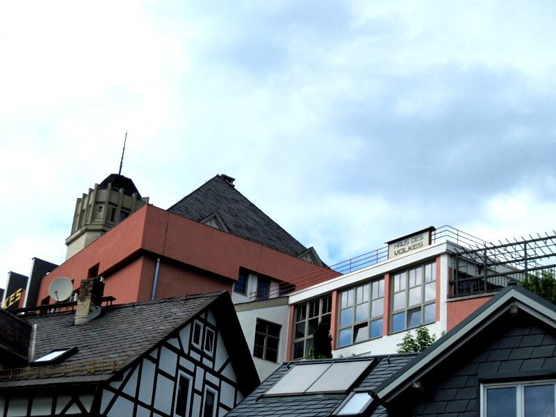海外ツーリング ドイツ 旧東ドイツ バウハウス デザイン ホテル ハウス デス フォルケス グロピウスプロプストツェラ  本館の三角屋根、別館のフラットな屋根、右端はテラス@Haus des Volkes