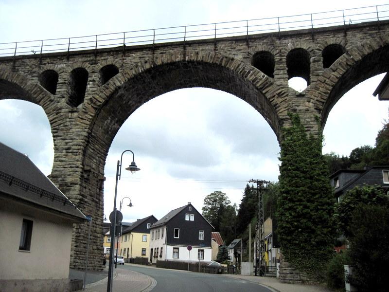 海外ツーリング ドイツ 旧東ドイツ オートバイレンタル テューリンゲンの森   小さな村の幹道に現れた鉄道用の石橋@Thüringer Wald