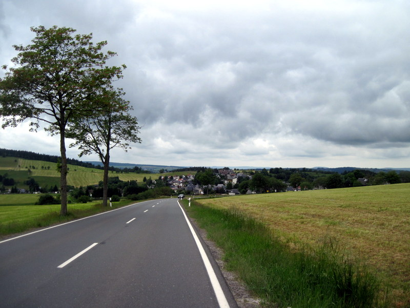 海外ツーリング ドイツ 旧東ドイツ オートバイレンタル テューリンゲンの森   次の村が見えてきた@Thüringer Wald