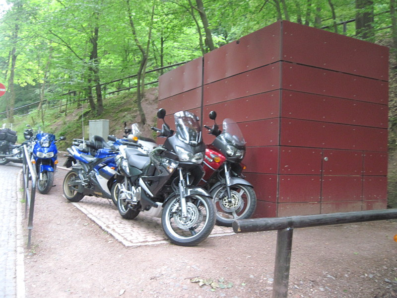 海外ツーリング ドイツ 旧東ドイツ オートバイレンタル アイゼナハ ヴァルトブルク城 ワルトブルク城 旧BMWアイゼナハ工場  バイクは城の下の駐車スペースに@Die Wartburg