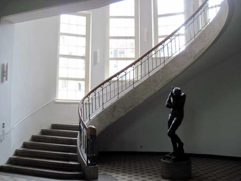 海外ツーリング ドイツ 旧東ドイツ オートバイレンタル ワイマール ヴァイマル バウハウス ワイマール校 本館階段とロダンの彫刻@Bauhaus-Universität Weimar