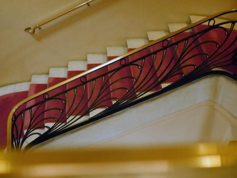 海外ツーリング ドイツ 旧東ドイツ オートバイレンタル ワイマール ヴァイマル バウハウス ワイマール校 シャンゼリゼ劇場の階段@Paris