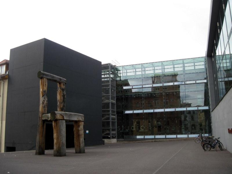 海外ツーリング ドイツ 旧東ドイツ オートバイレンタル ワイマール ヴァイマル バウハウス大学図書館 バウハウス博物館 巨大な椅子と図書館@Universitätsbibliothek der Bauhaus-Universität Weimar