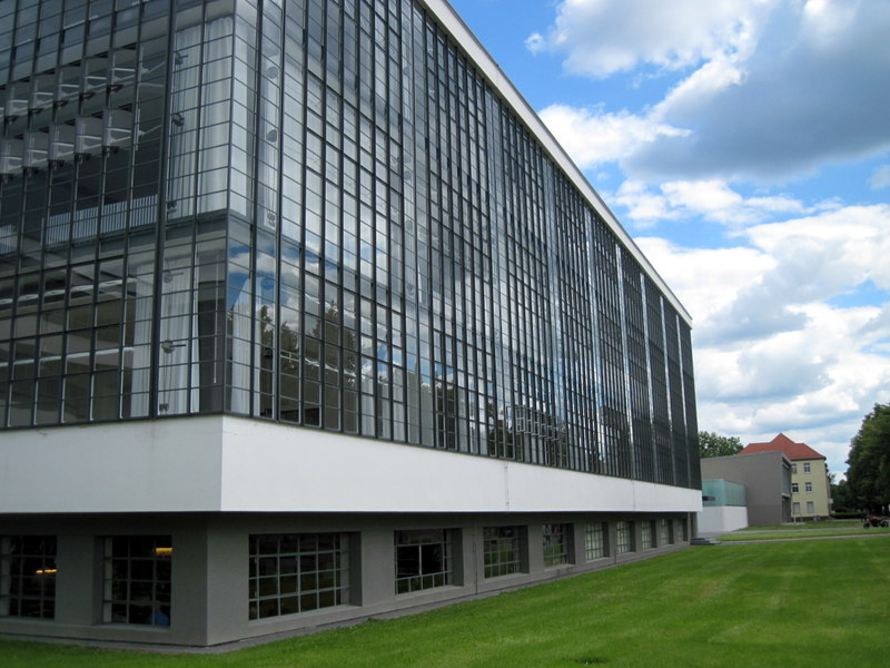 海外ツーリング ドイツ 旧東ドイツ オートバイレンタル デッサウ バウハウス デッサウ校  ガラスを多様した校舎@Bauhaus Dessau