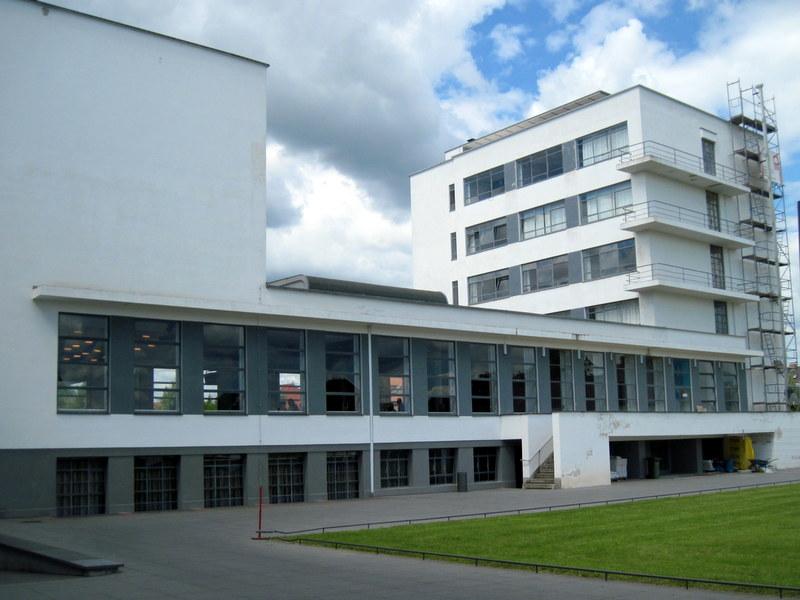 海外ツーリング ドイツ 旧東ドイツ オートバイレンタル デッサウ バウハウス デッサウ校  バウハウス校横側@Bauhaus Dessau