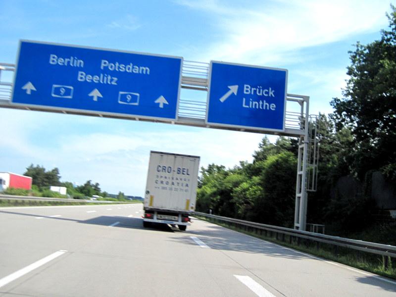 海外ツーリング ドイツ 旧東ドイツ オートバイレンタル デッサウ ベルリン  クロアチアから来たトラックの後ろを走行@Linthe