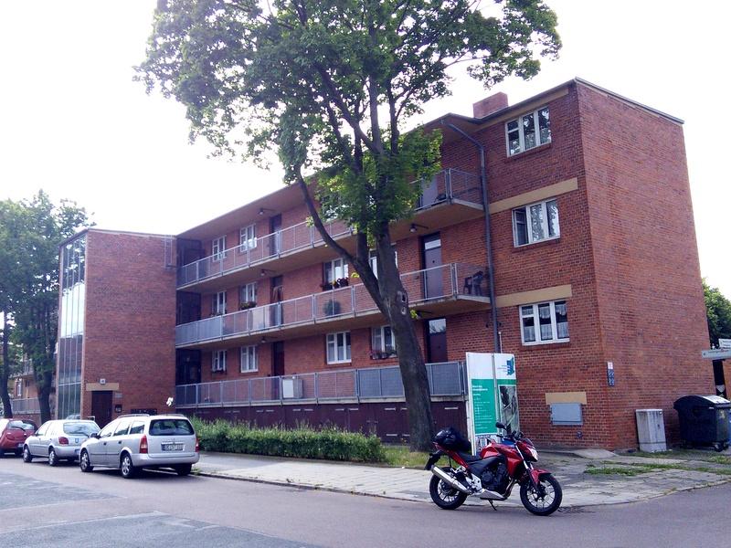 海外ツーリング ドイツ 旧東ドイツ オートバイレンタル  ベルリン デッサウ バウハウス テルテン ジードルンク  外廊下型の集合住宅正面@laubenganghäuser