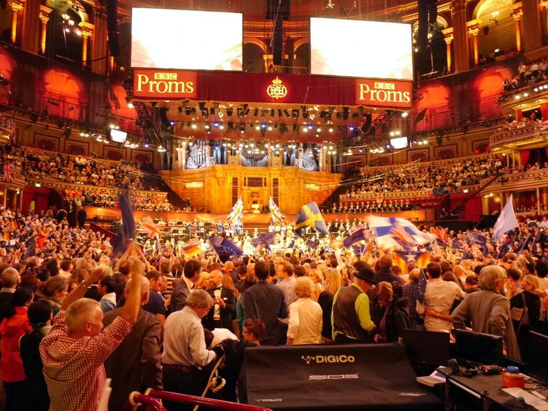 BBCプロムス最終夜 英国万歳 諷刺画で読む十八世紀イギリス ホガースとその時代 旗を振り、いっしょに歌い、隣の人と手をつなぎ盛り上がるプロムス最終日 @Royal Albert Hall