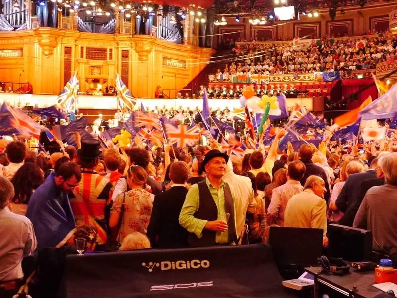 BBCプロムス最終夜とロイヤル・アルバート・ホール ビール片手に演奏そっちのけのプロマーおじさん(笑) @Royal Albert Hall っっっっっっっっっっっっっっっっっっっっっっっっv
