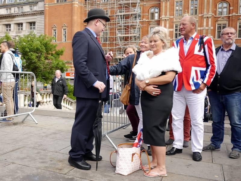 BBCプロムス最終夜とロイヤル・アルバート・ホール いかにも英国といった装いで並ぶ方々@Royal Albert Hall