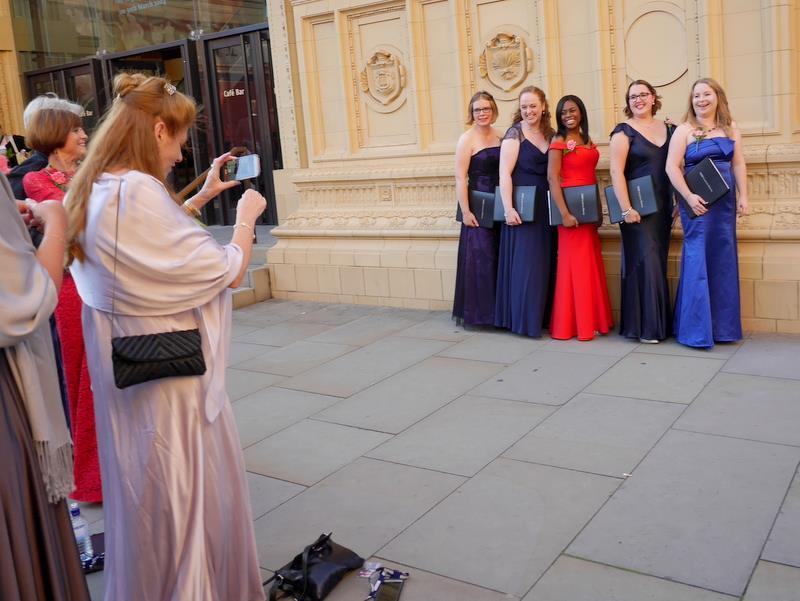 BBCプロムス最終夜とロイヤル・アルバート・ホール コーラスの方々も檜舞台を前に記念撮影(笑)@Royal Albert Hall