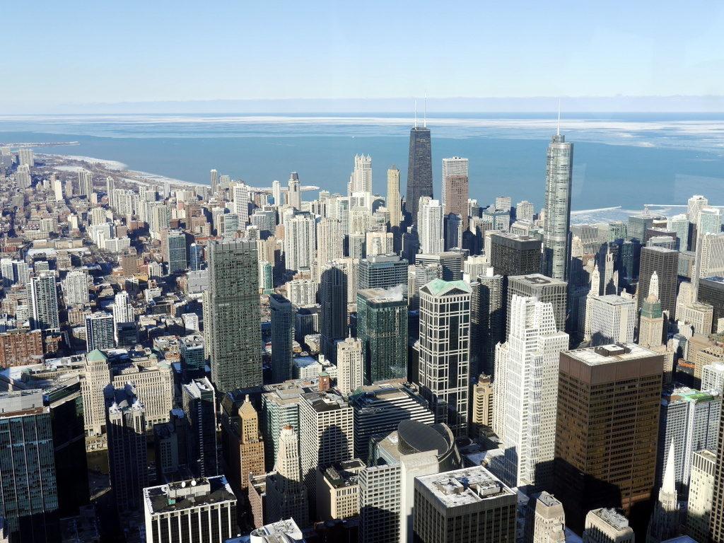 海外ツーリング ドイツ 旧東ドイツ オートバイレンタル  ベルリン デッサウ バウハウス テルテン ジードルンク  名建築の多いシカゴの高層ビル群 @Chicago 中央右、ひときわ高いトランプ・インターナショナル・ホテル・アンド・タワー(Trump International Hotel and Tower)と円形のマリーナ・シティ(Marina City)の間に ローエによる「IBMオフィスビル」(The Langham, Chicago)が見える