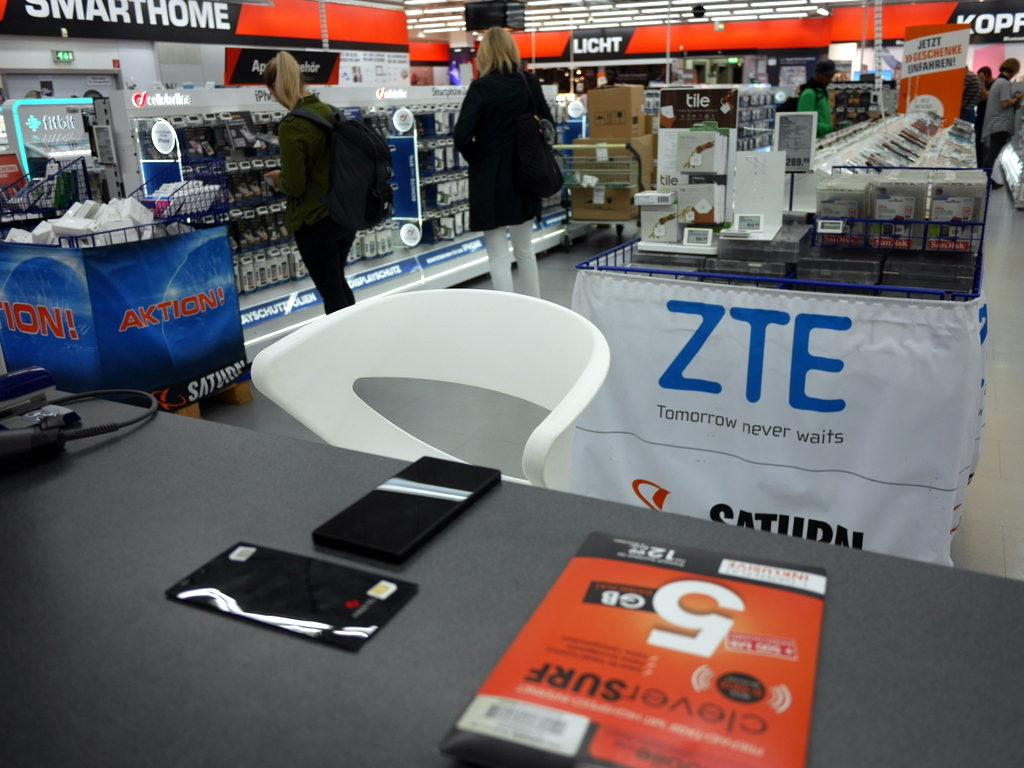 海外SIMの購入の仕方、準備、使い分け  SATURNのSIM販売カウンター @Hamburg