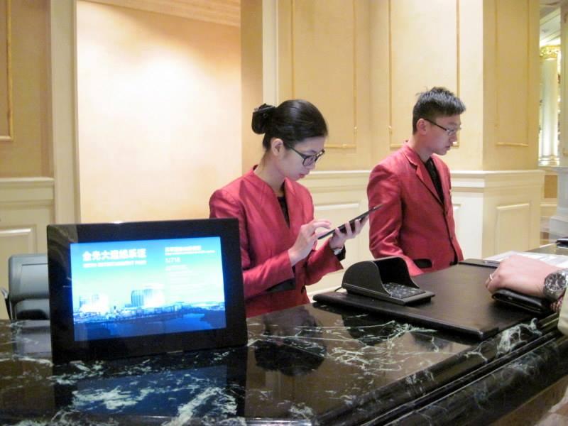 海外SIMの購入の仕方、準備、使い分けマカオのホテルフロントにて@ Macau