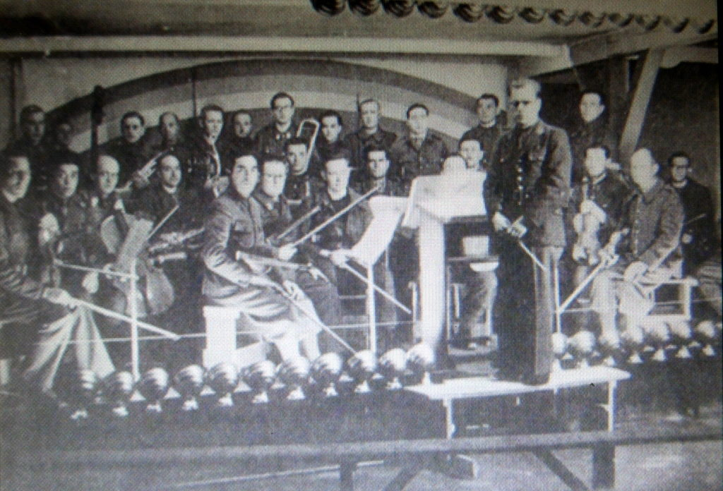 メシアン 世の終わりのための四重奏曲 ゲルリッツの捕虜収容所 時の終わりへ メシアンカルテットの物語 当時の収容所内オーケストラの様子@ゲルリッツ歴史博物館