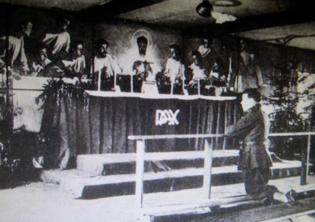 メシアン 世の終わりのための四重奏曲 ゲルリッツの捕虜収容所 時の終わりへ メシアンカルテットの物語 当時の収容所内の合唱の様子@ゲルリッツ歴史博物館