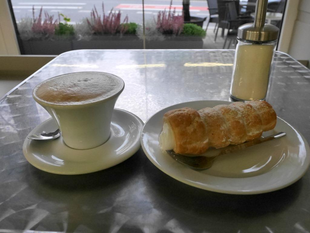 ズデーテン地方 チェコ マリアーンスケー ラーズニェ ロケト カルロヴィ ヴァリ テプリツェ ゲーテ ベートーヴェン 不滅の恋人  コロネとコーヒーで一息 @ Cafe Bar Modra