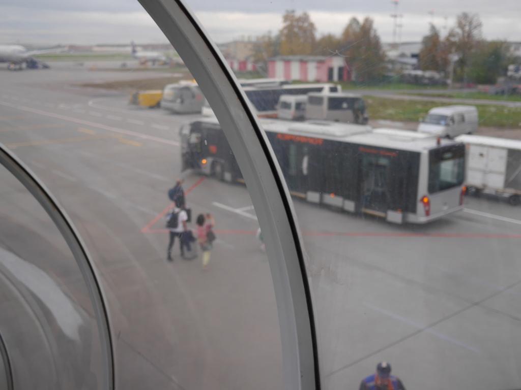 大空港の乗り継ぎ(トランジット)のミスとロストバゲージの恐怖 搭乗機からタラップを降り、送迎バスに向かう@シェレメーチエヴォ空港