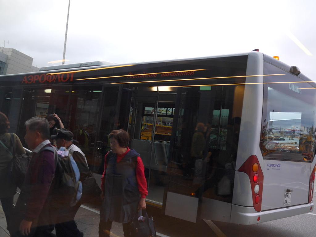 大空港の乗り継ぎ(トランジット)のミスとロストバゲージの恐怖 ターミナルDの前でバスを降り、向かいの扉からターミナルビル1階へ@シェレメーチエヴォ空港