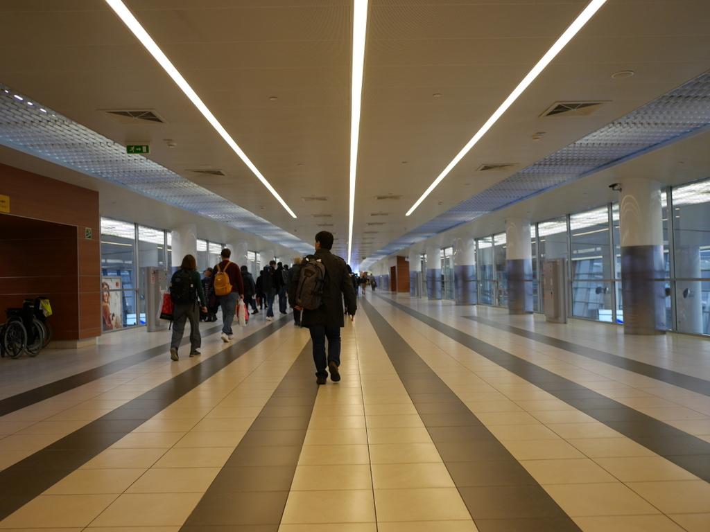 大空港の乗り継ぎ(トランジット)のミスとロストバゲージの恐怖 長い廊下を歩き入国審査窓口に向かう@シェレメーチエヴォ空港