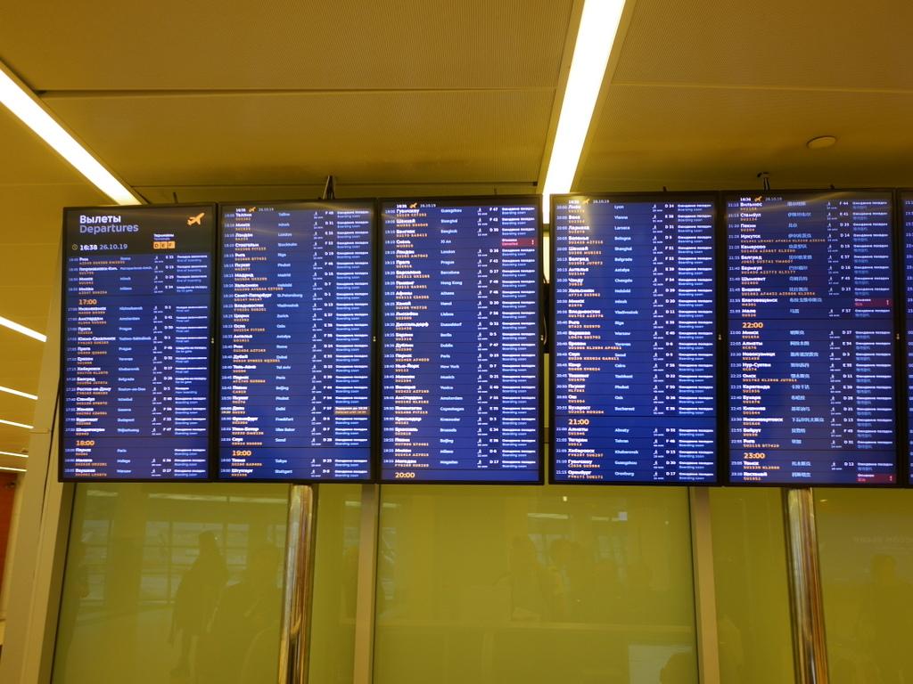 大空港の乗り継ぎ(トランジット)のミスとロストバゲージの恐怖 余裕があれば壁の裏にある掲示板で乗り継ぎ機のゲートを確認、但し入国手続き後の確認でも充分
