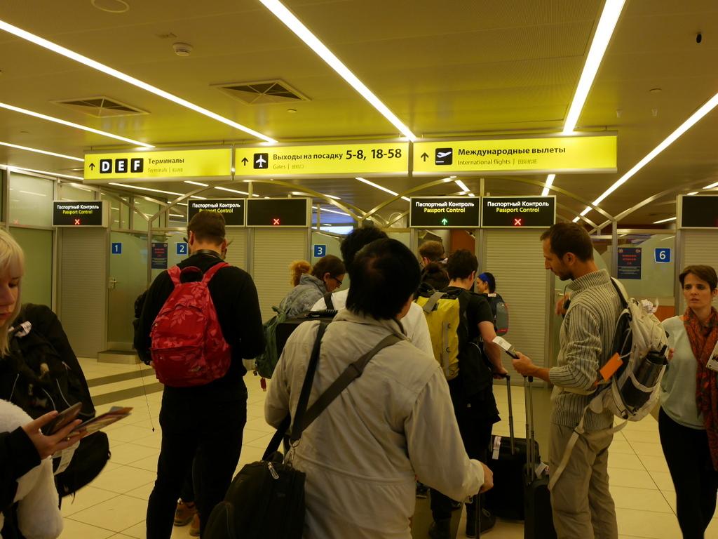 大空港の乗り継ぎ(トランジット)のミスとロストバゲージの恐怖 入国審査に並ぶ@シェレメーチエヴォ空港