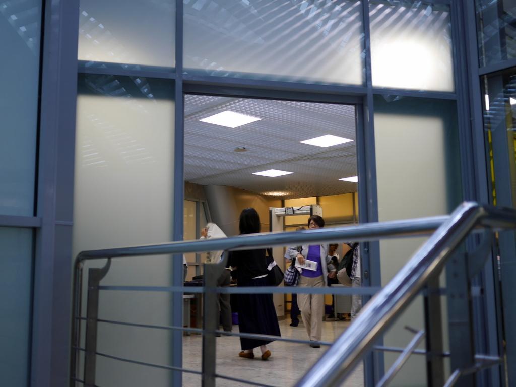 大空港の乗り継ぎ(トランジット)のミスとロストバゲージの恐怖 荷物検査を終え階段から振り返る@シェレメーチエヴォ空港
