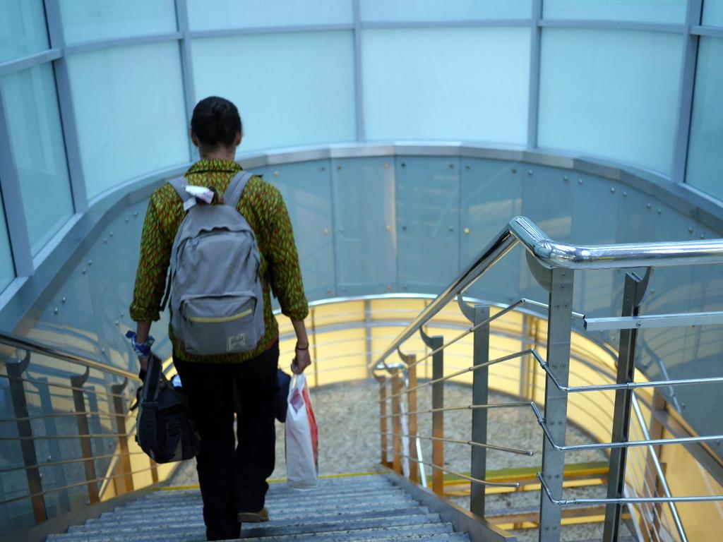 大空港の乗り継ぎ(トランジット)のミスとロストバゲージの恐怖 この階段を下りると出発ロビー@シェレメーチエヴォ空港