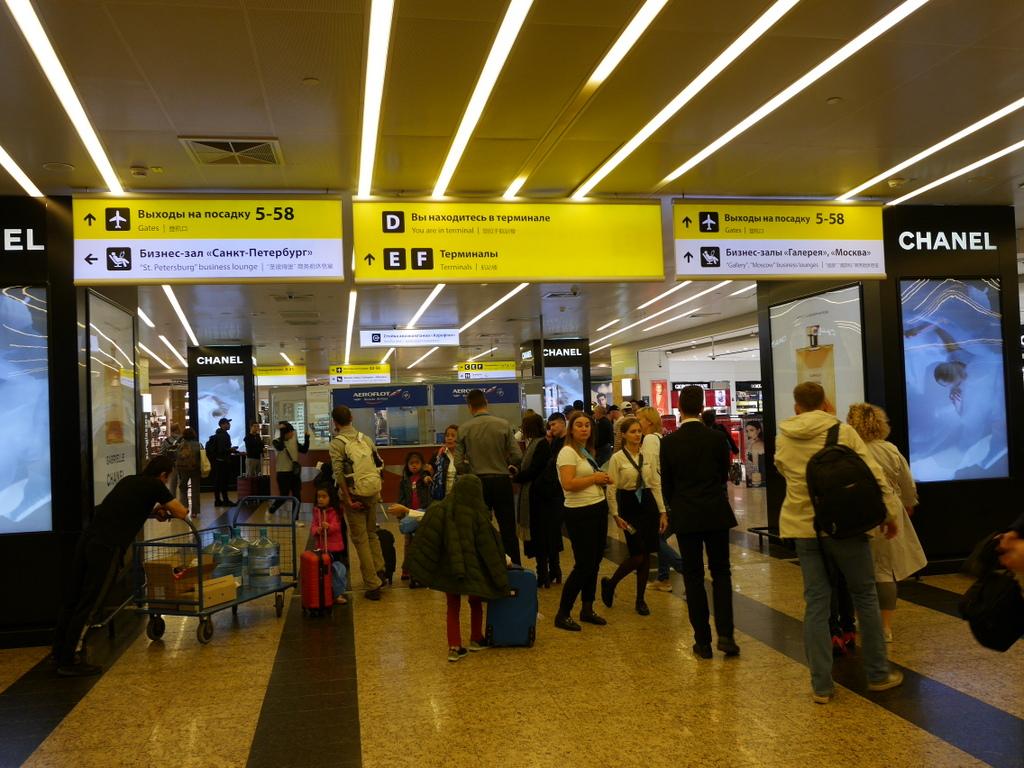 大空港の乗り継ぎ(トランジット)のミスとロストバゲージの恐怖 階段を降りて先に進む@シェレメーチエヴォ空港