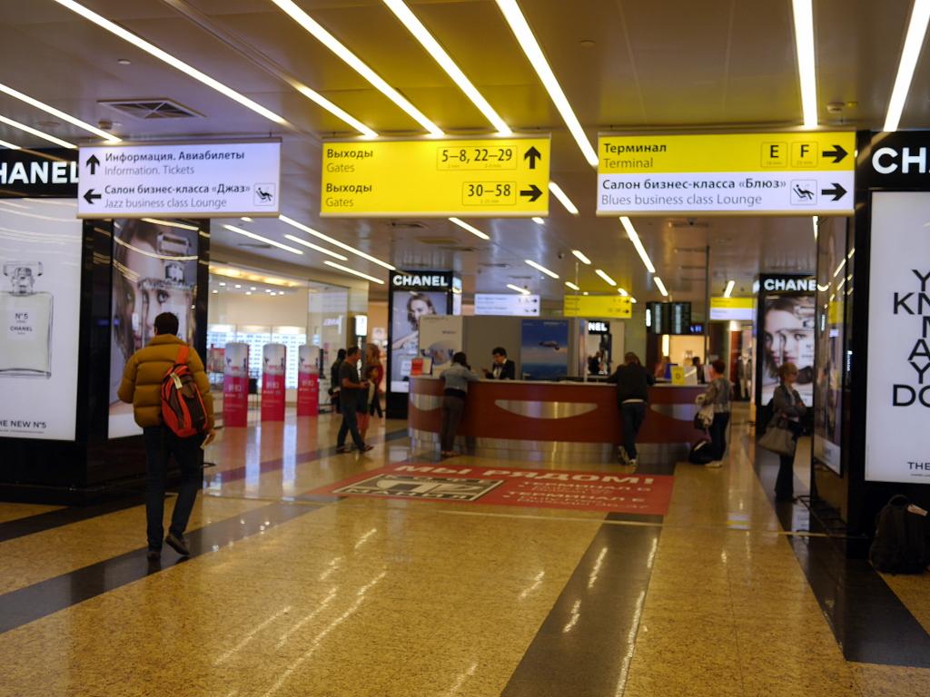 大空港の乗り継ぎ(トランジット)のミスとロストバゲージの恐怖 階段を降りて正面が各ターミナルへの分岐点  @シェレメーチエヴォ空港