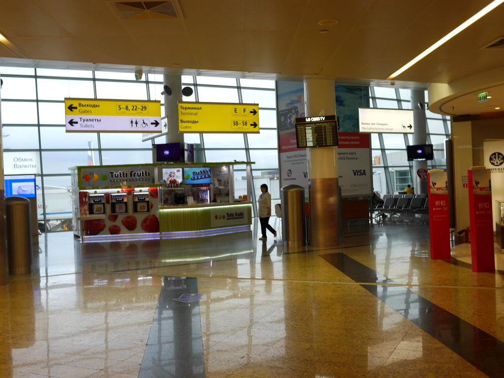 大空港の乗り継ぎ(トランジット)のミスとロストバゲージの恐怖 ターミナルEとFはすぐにまた右に曲がる(Uターンをする形)@シェレメーチエヴォ空港