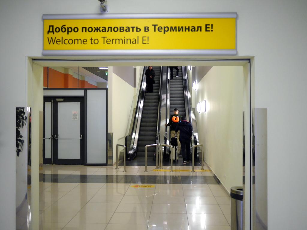 大空港の乗り継ぎ(トランジット)のミスとロストバゲージの恐怖 まずはターミナルEの入り口、ターミナルFもそのまま真っ直ぐ進む@シェレメーチエヴォ空港