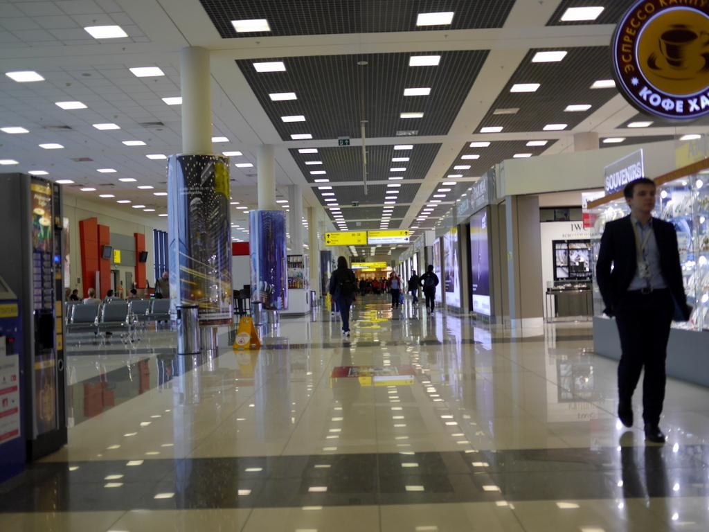 大空港の乗り継ぎ(トランジット)のミスとロストバゲージの恐怖 ターミナルEは小綺麗なショップが並ぶ@シェレメーチエヴォ空港