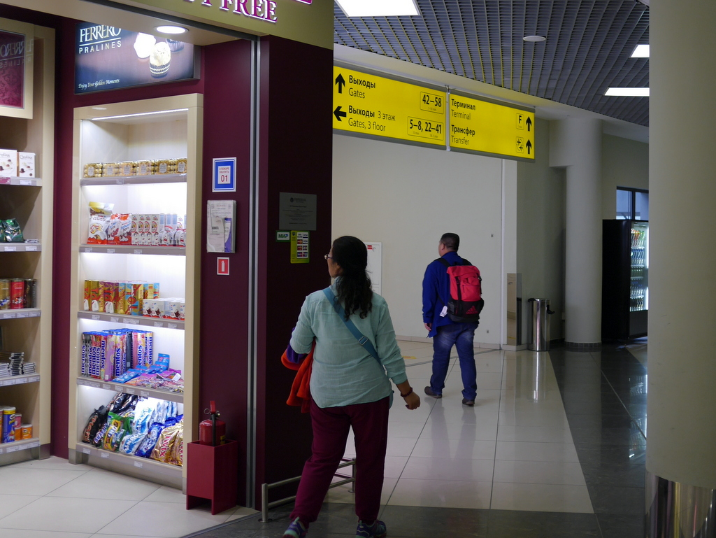 大空港の乗り継ぎ(トランジット)のミスとロストバゲージの恐怖 エスカレーターを降り看板の示す方向の通路を抜ける@シェレメーチエヴォ空港