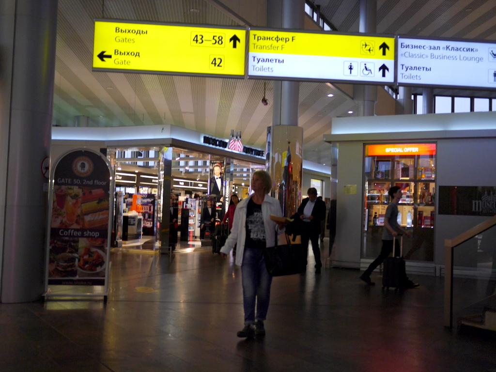 大空港の乗り継ぎ(トランジット)のミスとロストバゲージの恐怖 ゲート50番台は更に奥。周囲は小さなショップがあり、階段上には手頃なカフェや食堂がある@シェレメーチエヴォ空港