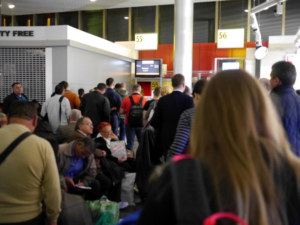 大空港の乗り継ぎ(トランジット)のミスとロストバゲージの恐怖 出発前はかなり混雑し、ゲート前は人でいっぱい@シェレメーチエヴォ空港