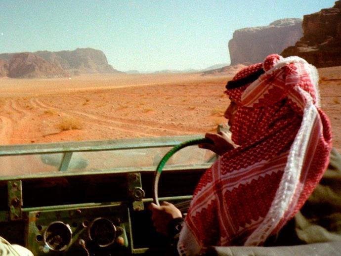 スターウォーズ ハリウッド クラシック音楽 砂漠 ジョン ウィリアムズ コルンゴルト 蓮實重彦 砂漠地帯を疾走するランドローバー。運転するのはベドウィンのアリ 氏。ダッシュボード内のメーター類は全壊